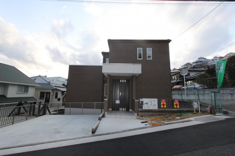 建物全体:間口の広いモダンな住宅