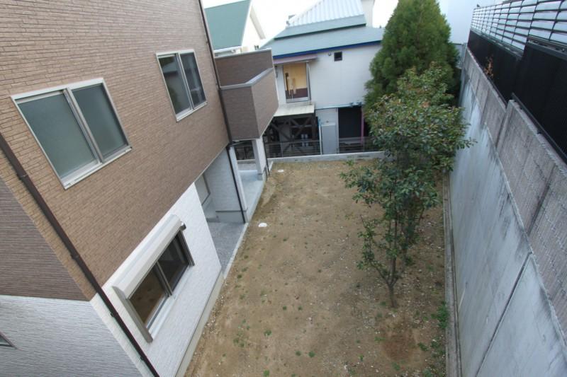 建物裏側:道路面から1段下がりのお庭スペース