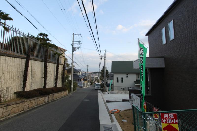 建物正面:すっきりとした広い道路に面しています。ご内覧希望の方、ご連絡お待ちしております。