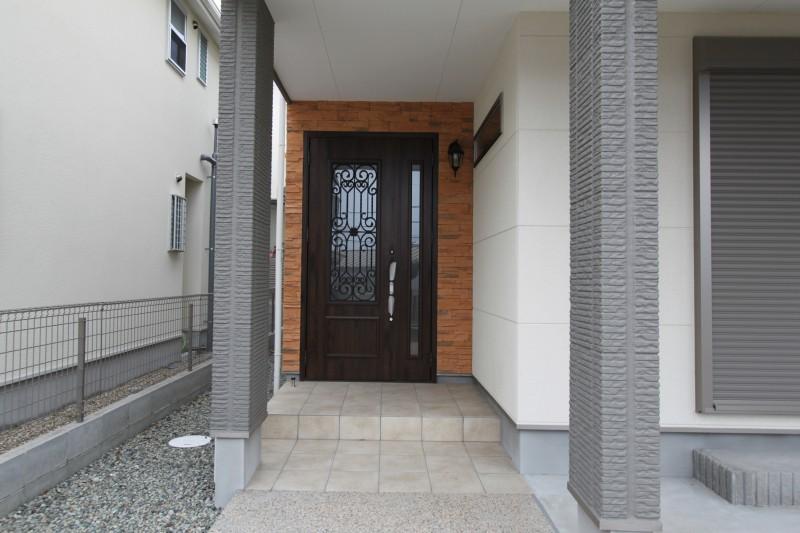 玄関:親子扉 重厚感が伝わります。