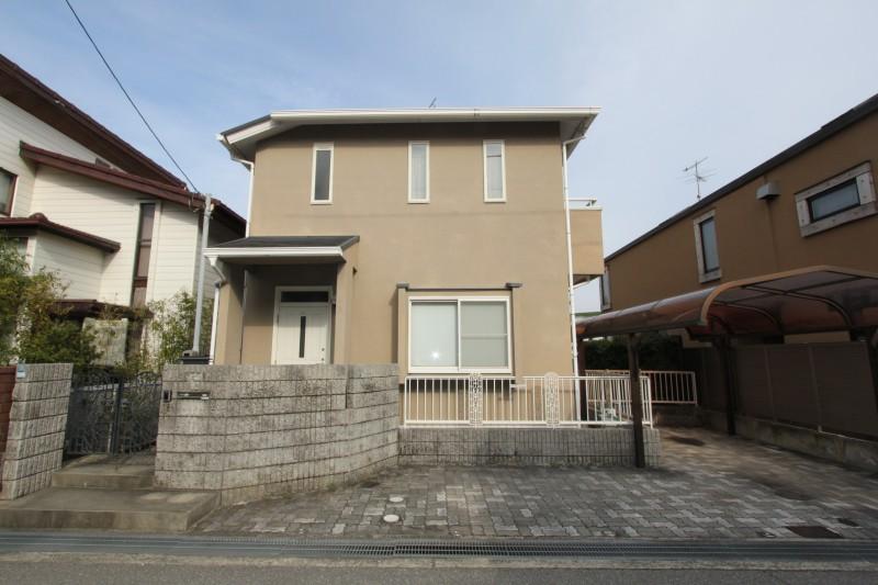 三井ホーム設計施工の家。駐車スペース2台あり。