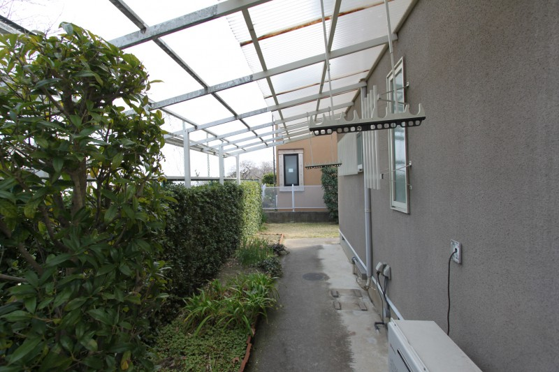物件東側:お庭スペース テラス屋根がついています。雨の日でも安心して、洗濯物が干せます。