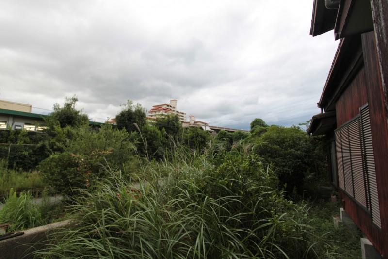 敷地南面は水路とその向こう側は、南ひばりが丘中学校です。