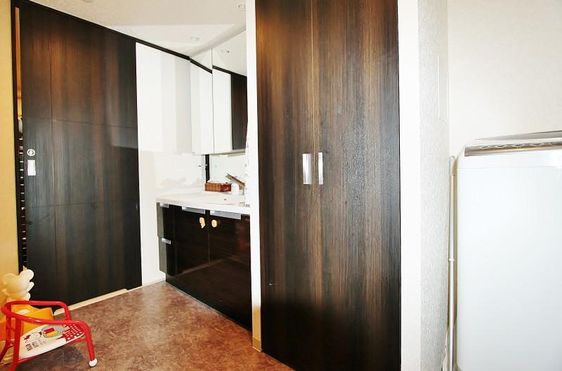洗面室:広めの洗面室には、収納がついていてとても便利。