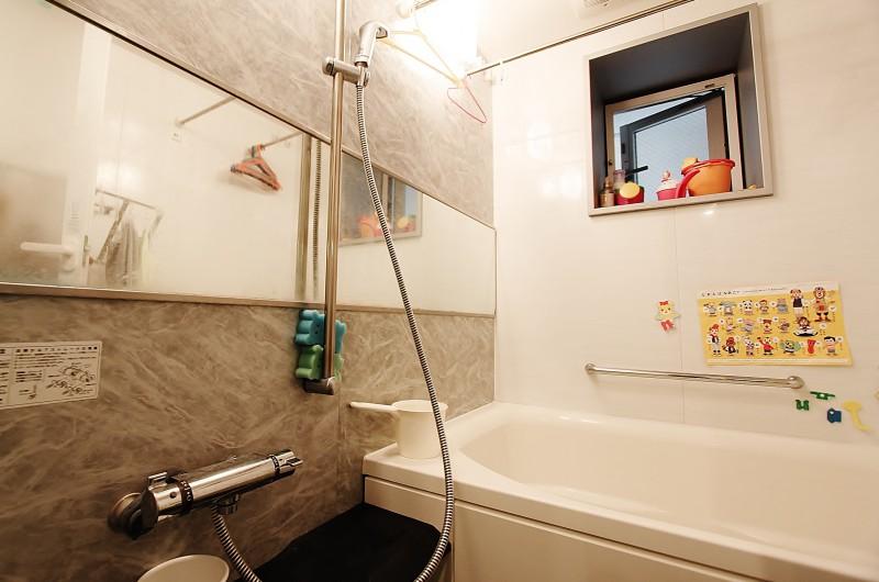 ユニットバス:1418サイズ、ミストサウナ付浴室暖房乾燥機、追い炊き機能付きです。浴室内には窓あり。