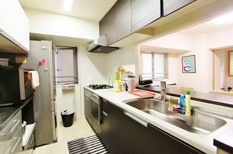 キッチン:ガラストップコンロ、食器洗浄乾燥器、浄水機付。小窓がうれしい。