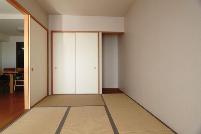 リビング併設の明るい和室