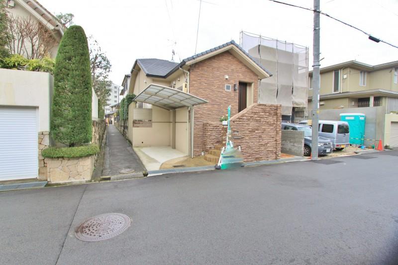物件の東側が通路となっている。また、地盤面が道路より少し上がっているので採光・通風に優れた心地よい住宅です。