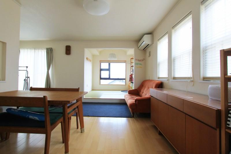 リビング:和室に段差を設け空間としてのメリハリを設けている。