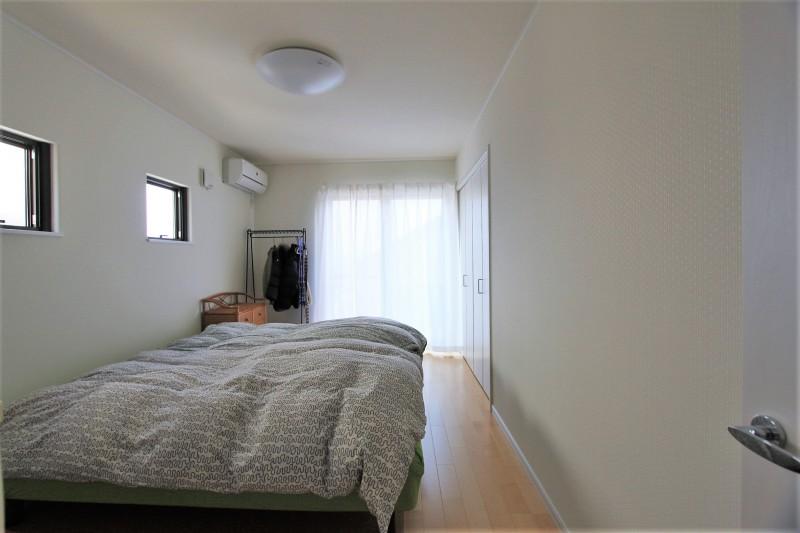 寝室:8帖のゆったりとした寝室
