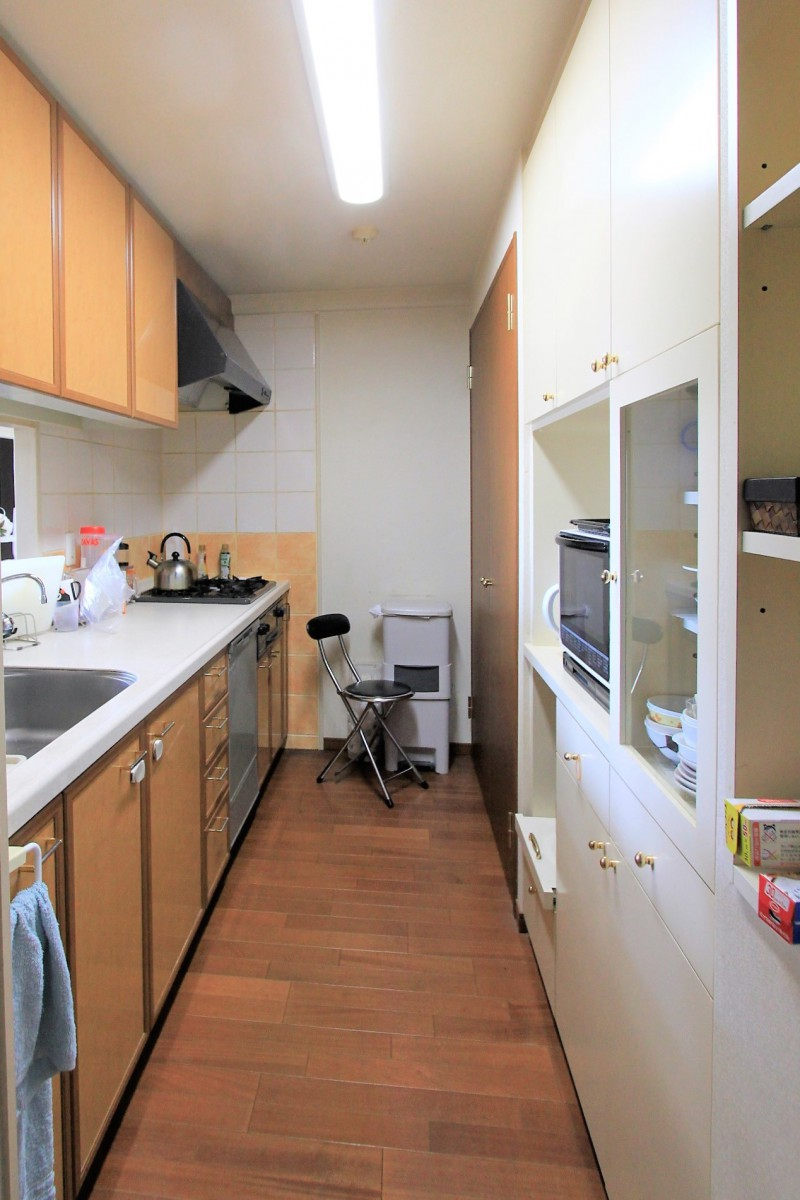 対面キッチンには、使いやすい収納庫とバックセット付