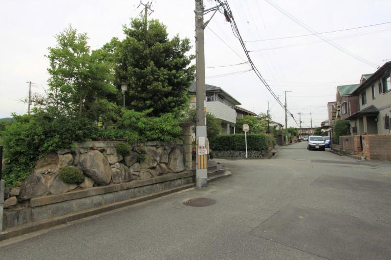 【物件と南側接道】南側接道幅員は約6mです。
