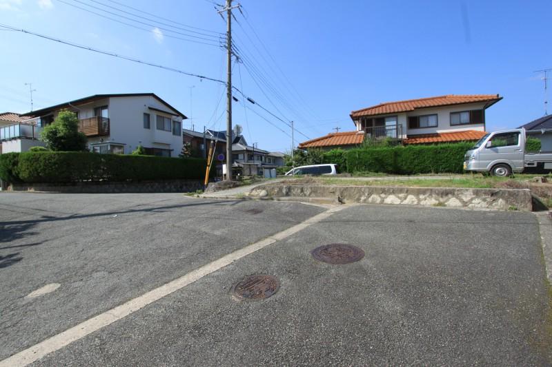 【接道】接道幅員は約6mですので駐車や車両すれ違いが充分に可能です。