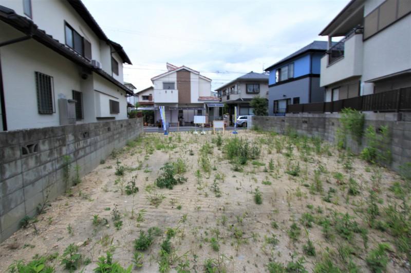 【物件東側からみた物件西側】閑静な住宅街に立地しています。