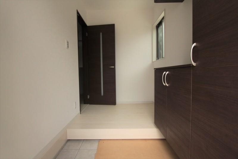 【玄関】玄関には充実した収納スペースがあります。