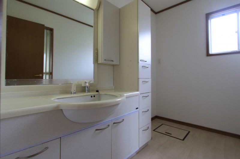 【洗面所】洗面所にも収納スペースが充実しています。