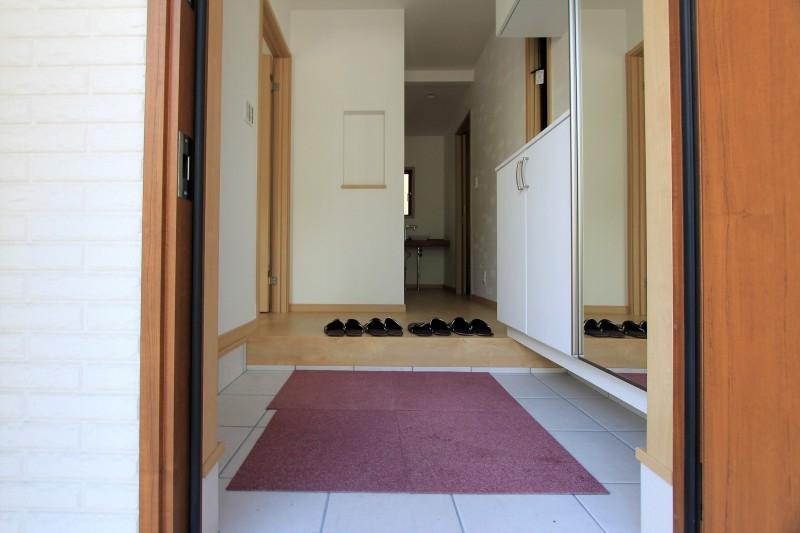 【玄関】玄関には収納スペースが豊富です。