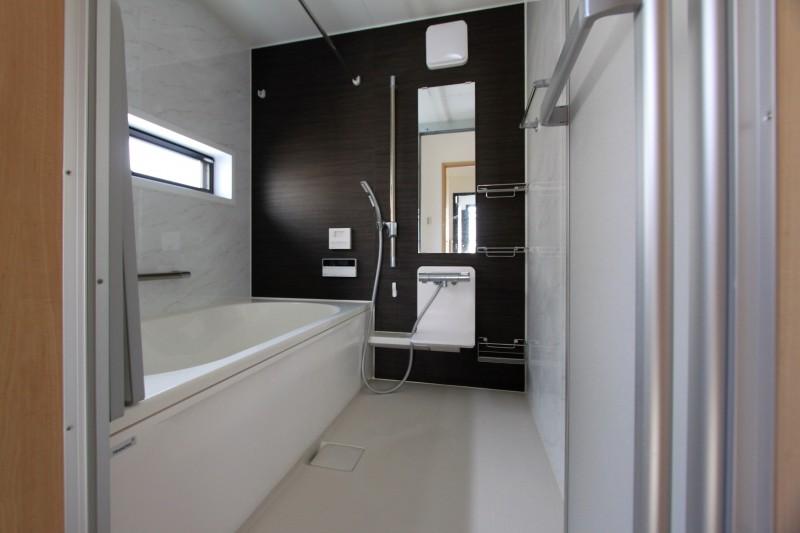 【浴室】浴槽は人造大理石、浴室暖房乾燥機とミストサウナ付きです。