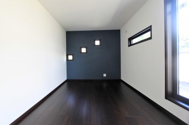 【洋室】2F洋室。バルコニーがあります。
