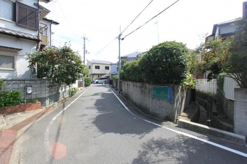 【周辺】閑静な住宅街に立地