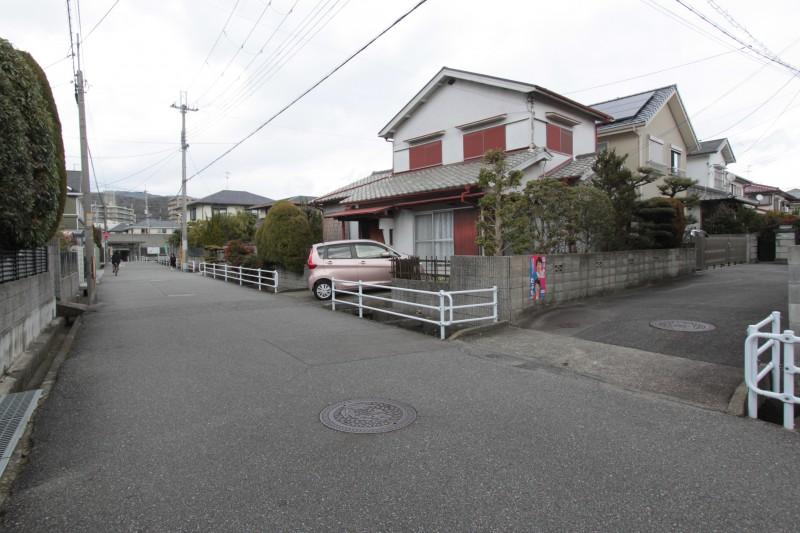 道路の広々とした閑静な住宅街。